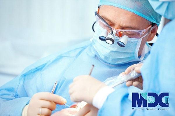 فیلم کاشت ایمپلنت دندان در کلینیک مدرن
